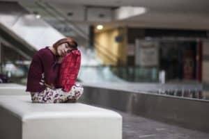 Frühjahrsmüdigkeit – Frau schläft im Sitzen