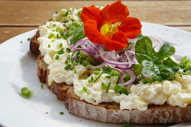 Brot belegt mit frischem Grünzeug