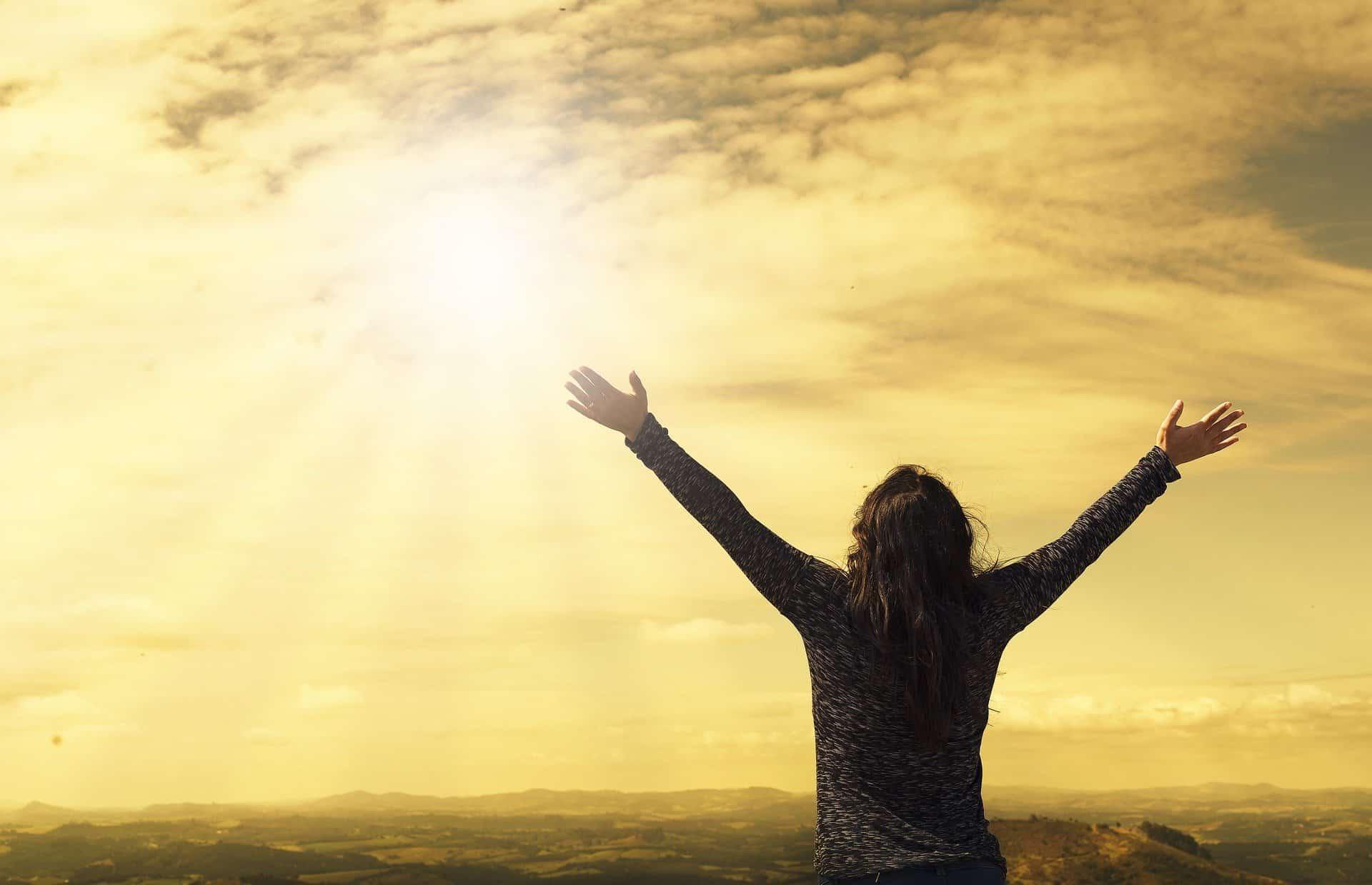 Frau vor schwefel-gelbem Himmel